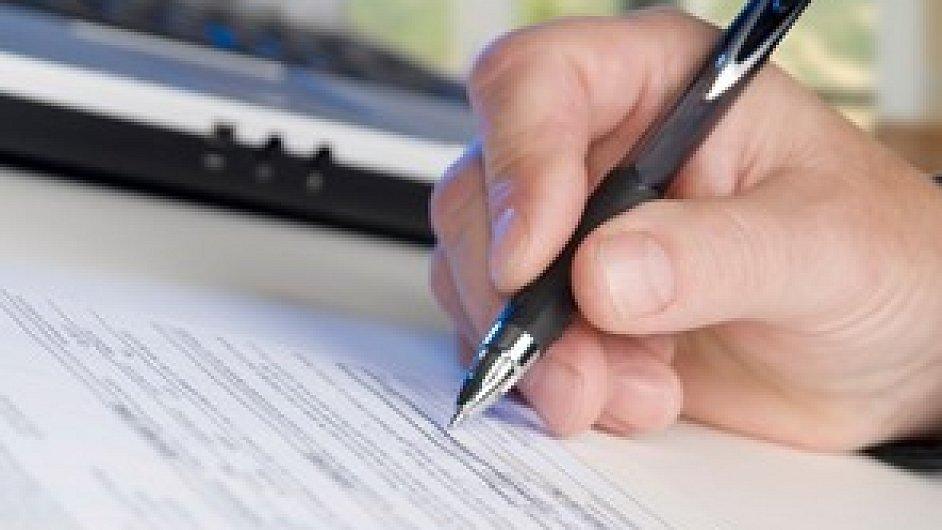 Podepsat smlouvu pouze s jednou, nebo s více realitkami?